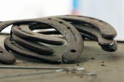 Vecchie scarpe del cavallo Fotografie Stock