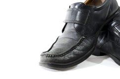 Vecchie scarpe di cuoio nere utilizzate ed indossate Fotografie Stock Libere da Diritti
