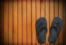 Vecchie scarpe nere su fondo di legno Immagini Stock Libere da Diritti