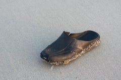 Vecchie scarpe sulla spiaggia Fotografia Stock Libera da Diritti