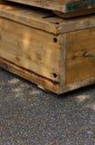 Vecchie scatole di legno con le maniglie della corda sulla via Fotografia Stock