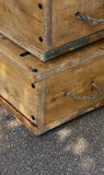 Vecchie scatole di legno con le maniglie della corda sulla via Immagine Stock