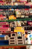 Vecchie schede madri del computer Mucchi di hardware obsoleto e dei componenti elettronici immagini stock