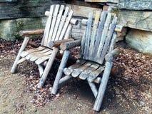 Vecchie sedie bighellonare di legno d'annata Immagine Stock