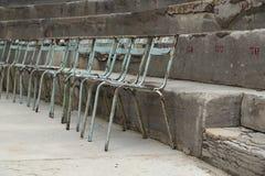 Vecchie sedie del metallo al teatro antico dell'arancia, Francia Fotografia Stock