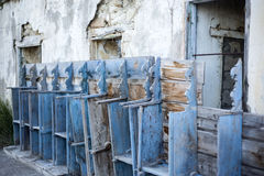 Vecchie sedie della chiesa Immagine Stock