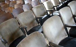 Vecchie sedie della chiesa nelle file Fotografie Stock