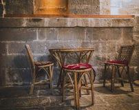Vecchie sedie di legno con la tavola fotografie stock
