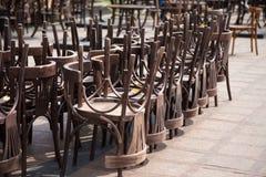 Vecchie sedie di legno e sedie d'annata Immagine Stock