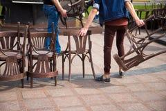 Vecchie sedie di legno e sedie d'annata Fotografia Stock Libera da Diritti