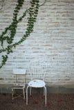 Vecchie sedie nel giardino di estate Fotografia Stock Libera da Diritti