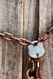 vecchie serratura e catena locked   immagine stock libera da diritti