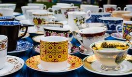 Vecchie tazze al mercato delle pulci Fotografia Stock Libera da Diritti