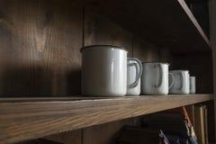 Vecchie tazze bianche dello smalto Immagini Stock Libere da Diritti