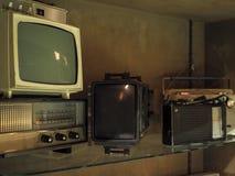 Vecchie televisioni e radio sull'accantonare fotografia stock libera da diritti