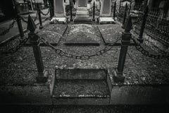 Vecchie tombe in un cimitero immagini stock libere da diritti