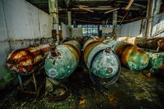 Vecchie torpedini di sottomarino arrugginite nella fabbrica abbandonata della torpedine fotografie stock