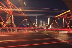 Vecchie tracce della luce dell'automobile del ponte del giardino di Shanghai Fotografia Stock