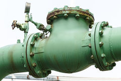 Vecchie valvola di ritenuta e ruggine in centrale petrolchimica Fotografie Stock Libere da Diritti