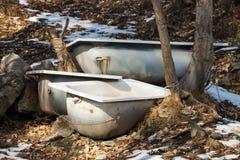Vecchie vasche del metallo lasciate nel legno Fotografia Stock