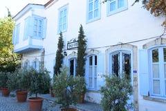 Vecchie via e casa in Alacati Proprietà, creatività, Ä°zmir Turchia fotografia stock libera da diritti