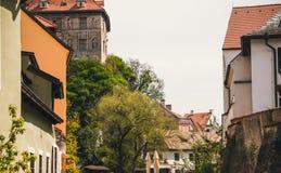 Vecchie vie strette di vecchia città ceca medievale di Cesky Krumlov ed i tetti rossi delle case Immagine Stock