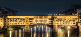 Vecchio桥梁,佛罗伦萨夜全景  库存照片