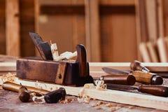 Vecchio aereo di falegnameria d'annata con legno immagini stock