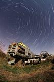 Vecchio aeroplano alla notte con le tracce della stella Fotografia Stock Libera da Diritti