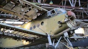 Vecchio aeroplano militare nel capannone stock footage