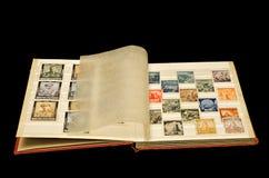 Vecchio album con i vecchi bolli della posta fotografia stock libera da diritti