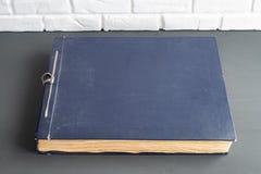 Vecchio album di foto blu della copertura per le foto immagine stock libera da diritti