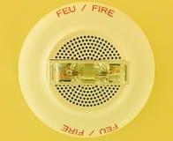 Vecchio allarme antincendio sul soffitto nell'edificio per uffici fotografie stock