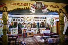 Vecchio altare nella chiesa di legno in Pylypets l'ucraina Immagini Stock