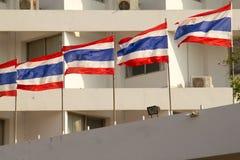 Vecchio alto buildng del condominio di aumento con la bandiera della Tailandia in foregrou Fotografie Stock Libere da Diritti