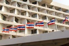 Vecchio alto buildng del condominio di aumento con la bandiera della Tailandia in priorità alta Immagini Stock