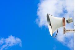 Vecchio altoparlante contro cielo blu nuvoloso Fotografie Stock