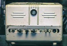 Vecchio amplificatore del tubo in caso metallico fotografia stock