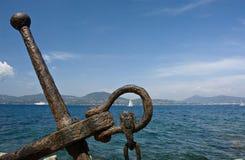 Vecchio ancoraggio con la vista del mare Fotografie Stock