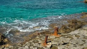 Vecchio ancoraggio con le onde all'isola di Comino video d archivio