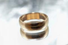 Vecchio anello dorato su un fondo grigio Immagini Stock Libere da Diritti