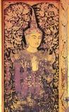 Vecchio angelo avuto bisogno dorato nelle porte tailandesi del tempio Fotografia Stock