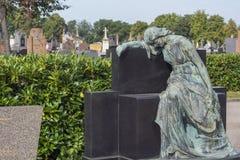 Vecchio angelo di pietra verde sul cimitero francese Immagine Stock Libera da Diritti