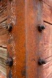 Vecchio angolo del ferro con i bulloni fotografia stock libera da diritti
