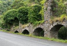 Vecchio aquedotto di pietra, Iera, Italia Vecchia tecnologia, costruente Fotografia Stock
