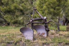 Vecchio aratro antico dell'azienda agricola Fotografia Stock