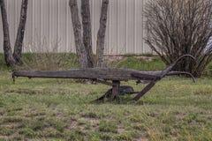 Vecchio aratro antico dell'azienda agricola fotografia stock libera da diritti