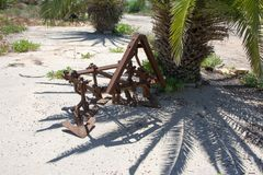 Vecchio aratro d'annata del ferro utilizzato nel passato come strumento nell'agricoltura Immagine Stock Libera da Diritti