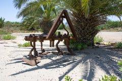 Vecchio aratro d'annata del ferro utilizzato nel passato come strumento nell'agricoltura Immagini Stock Libere da Diritti