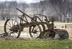 Vecchio aratro dell'azienda agricola del ferro Fotografie Stock